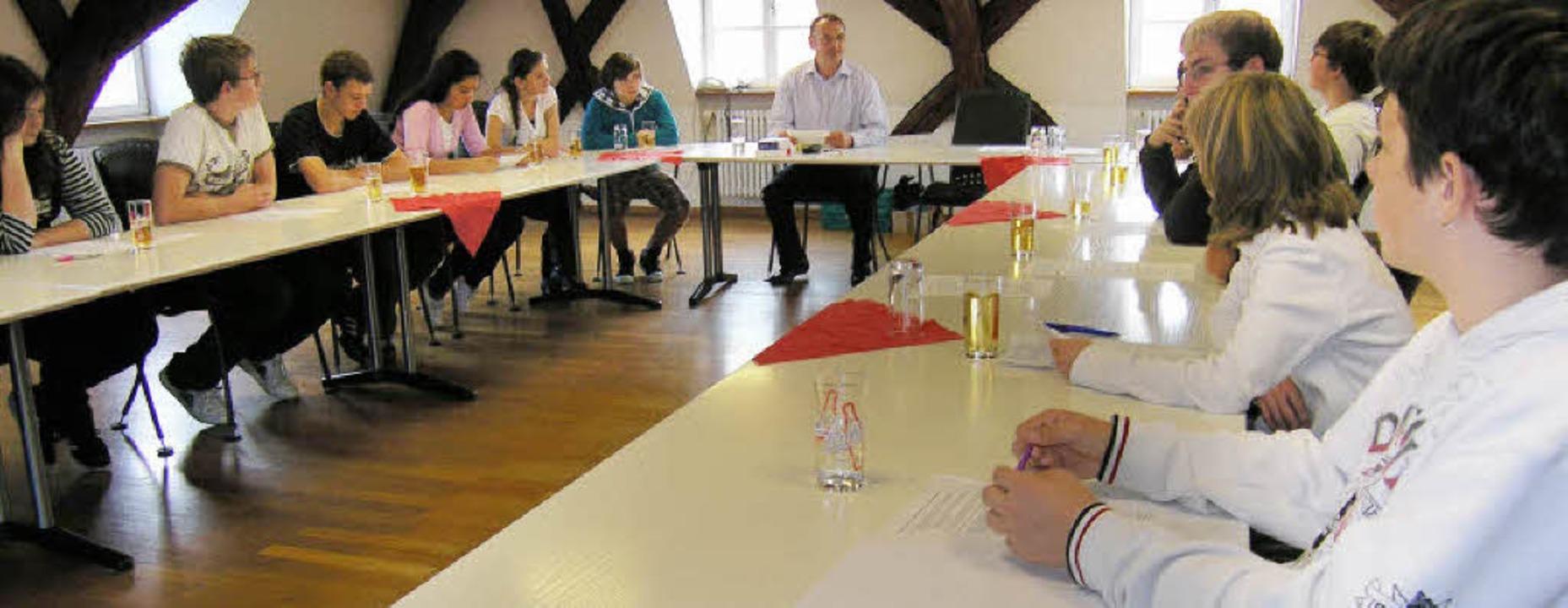 Politikunterricht im Rathaus: Riegels ...er Michaelschule spielen Gemeinderat.   | Foto: Haberer