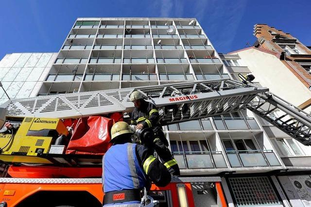 Feuer auf dem Hochhaus-Balkon