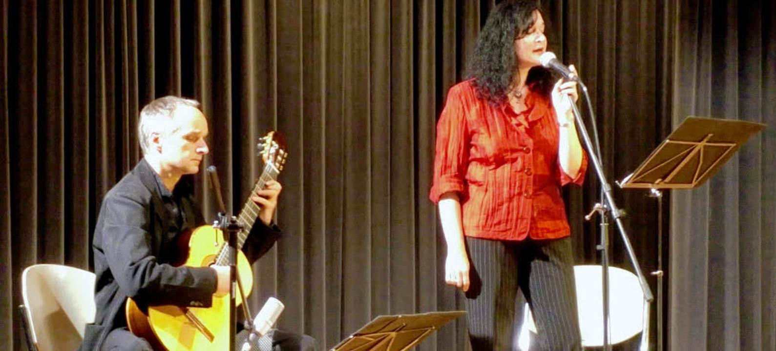 Peter Kuhz (Gitarre) und Esther Lorenz...Gundelfinger Kultur- und Vereinshaus.   | Foto: Schmid
