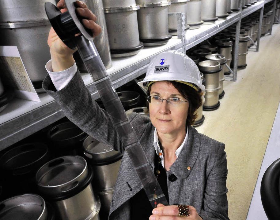 Ursula Fuchs vom Bundesamt für Bevölke...Edelstahlzylindern archiviert werden.   | Foto: Ingo Schneider
