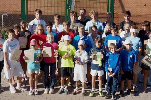 Junge Tennisspieler aus der ganzen Region