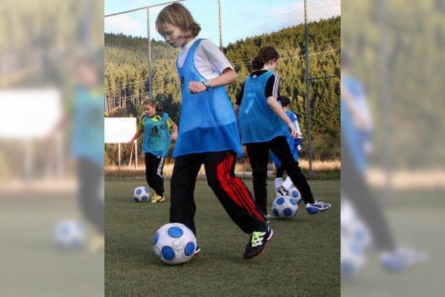Mädchen ganz konzentriert am Ball