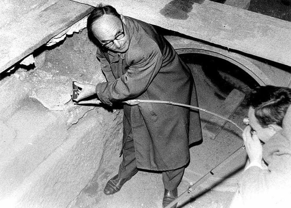 Fridolin Jehle 1960 beim Vermessen eines Münsterturms   | Foto: stadtarchiv bad säckingen
