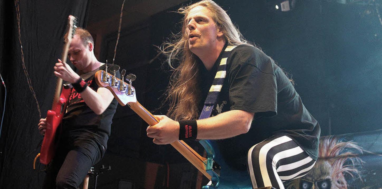 Laute Gitarrenriffs und schrille Outfi...7;s Revenge heizten dem Publikum ein.   | Foto: Sandra von Appen