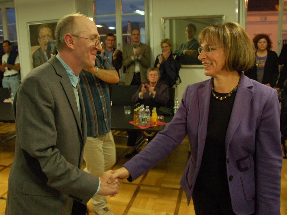 Norbert Kudlik gratuliert Wahlsiegerin Edith Schreiner.   | Foto: Fotos: Seller