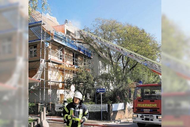 Feuer bleibt aufs Dachgeschoss beschränkt