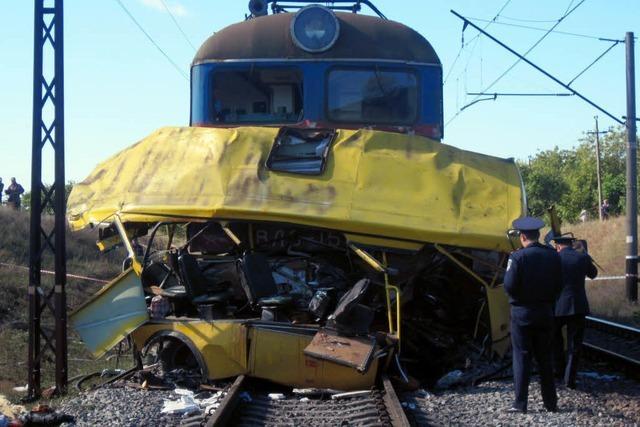 Mindestens 40 Tote bei Zugunfall mit Bus in Ukraine