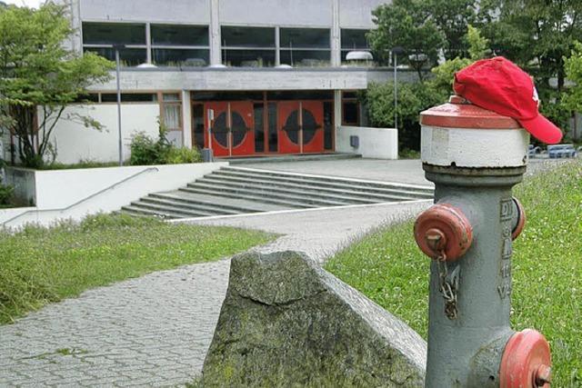 In (Ziegel-)Rot und Grau