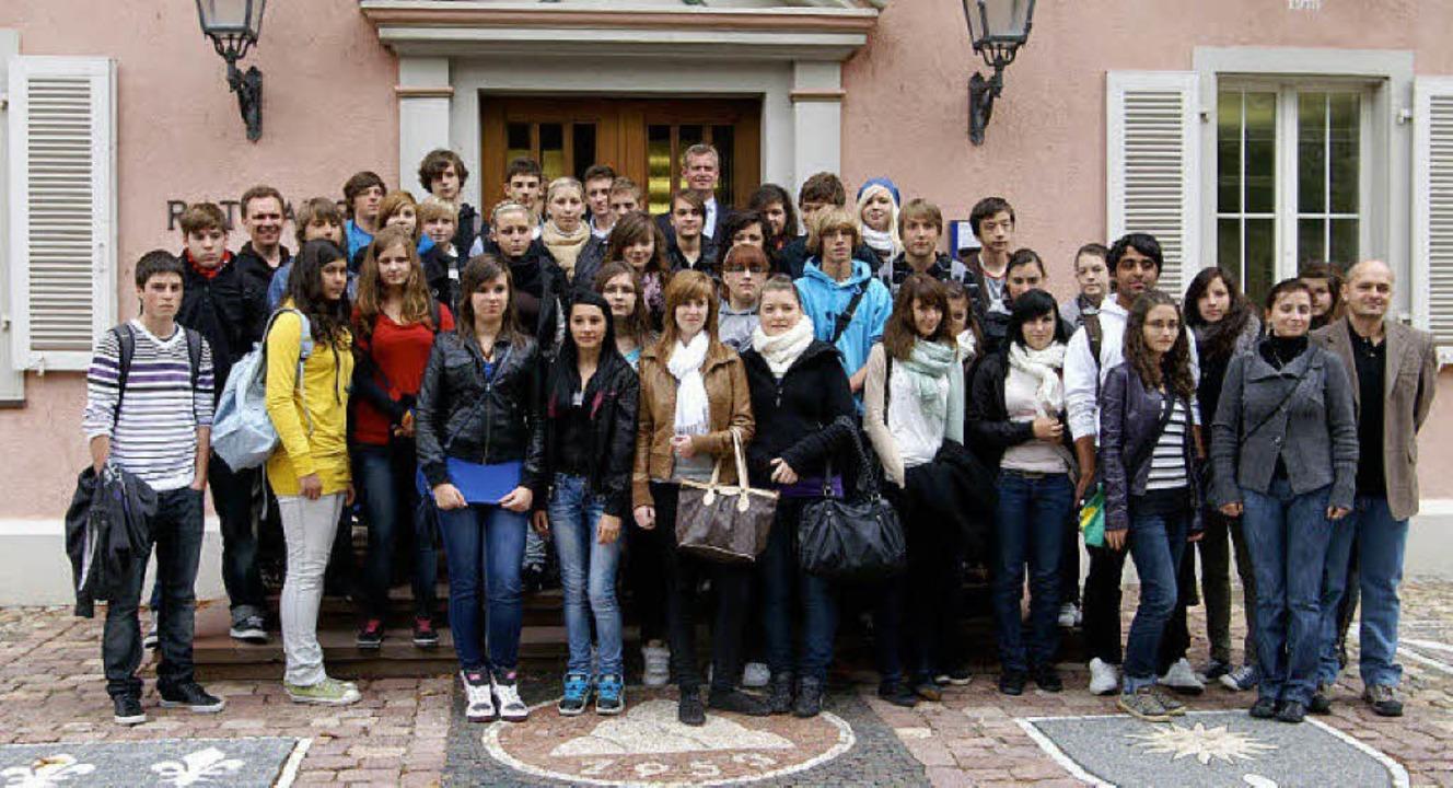 Die Schülerinnen und Schüler aus Breis...liver Rein vor dem Rathaus empfangen.     Foto: privat