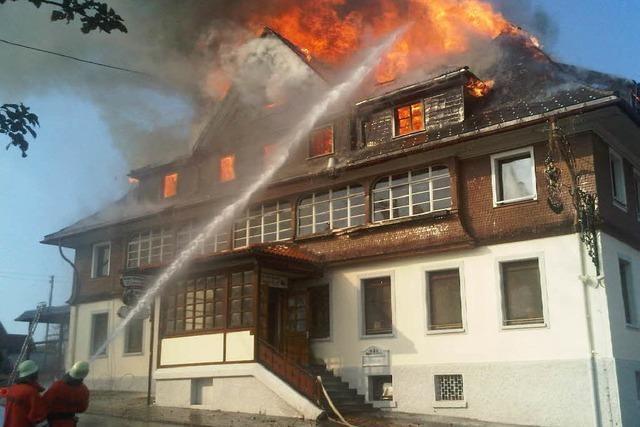 Feuerwehr bekämpft Hotelbrand in Grafenhausen