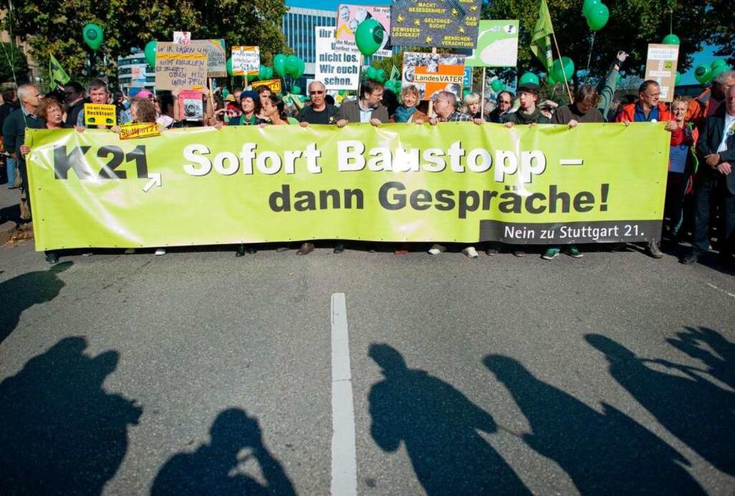 Auch die Gruppe www.kopfbahnhof-21.de ist bei den Demos mit dabei.  | Foto: dpa