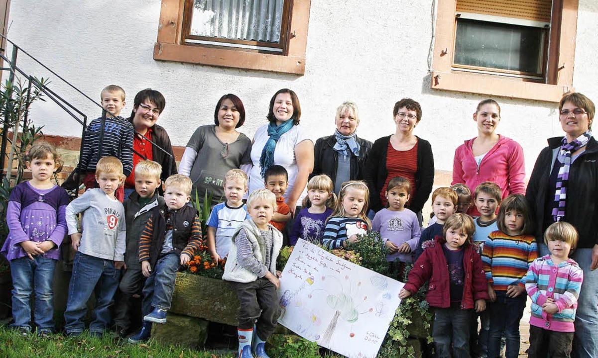Freude über die Spende bei den Landfrauen, den Erzieherinnen und den Kindern   | Foto: Heidi Fössel