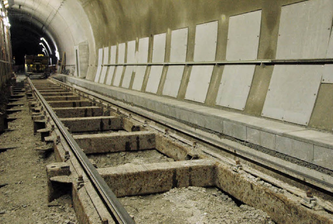 Hinter den Brandschutzplatten (rechts)... den Druck von unten auffangen sollen.  | Foto: Regine Ounas-Kräusel