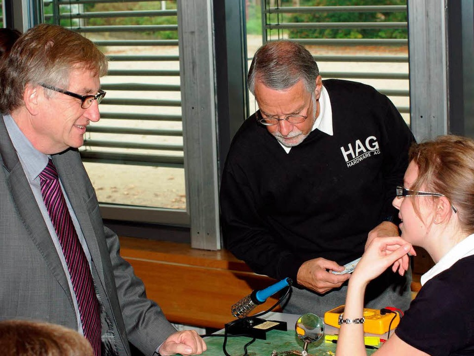 Im Gespräch mit den Tüftlern: Regierun...d Sturm (Mitte) seit 28 Jahren leitet.  | Foto: Hans Christof Wagner