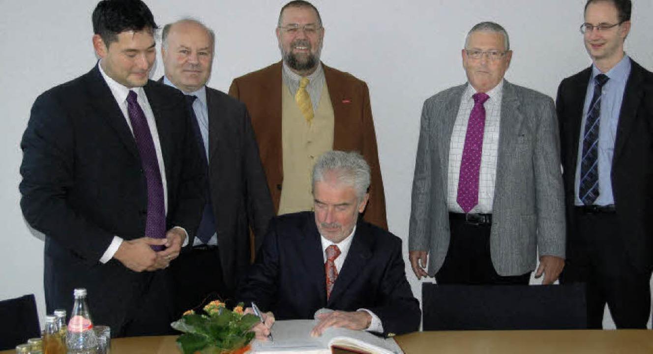 Justizminister Ulrich Goll (sitzend) t...inks) und weiterer FDP-Vertreter ein.   | Foto: Frank Kiefer