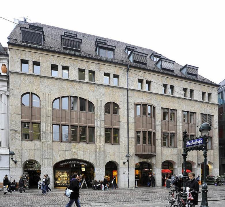 Das bestehende Gebäude Kaiser-Joseph-S...ne Fenster, der geplante Neubau nicht.  | Foto: schneider/sparkasse