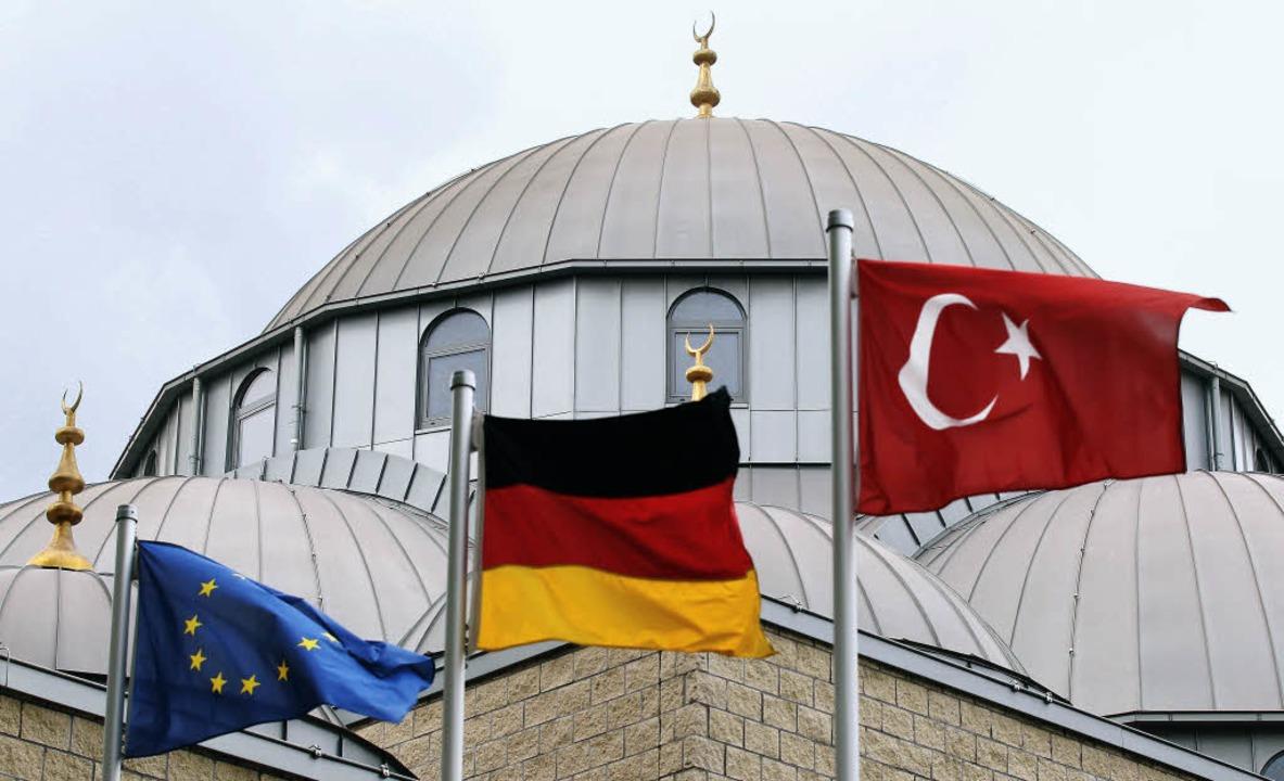 Vor einer Moschee in Duisburg wehen di...e deutsche und die türkische  Flagge.     Foto: DPA