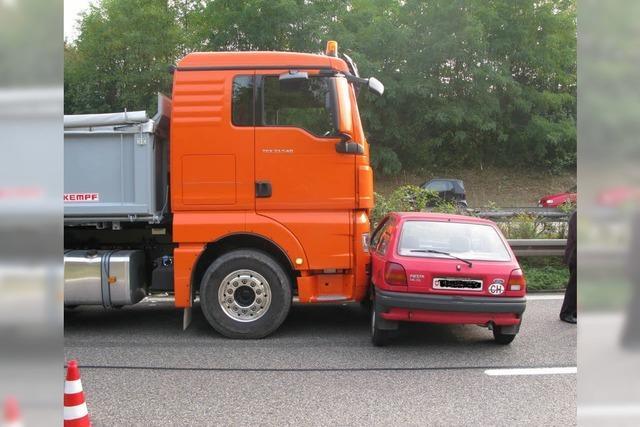 Laster rammt Auto von 81-Jährigem und schleift es mit