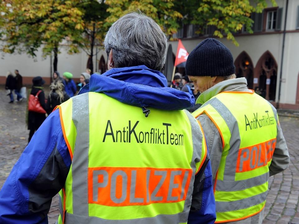 Das Anti-Konflikt-Team der Polizei am Samstag  im Einsatz auf dem Rathausplatz.  | Foto: Thomas Kunz