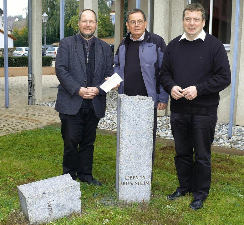 Pfarrer Rainer Janus, Ekkehard Klem (H...(hier am Friesenheimer Gurs-Mahnmal).   | Foto: Frank Leonhardt