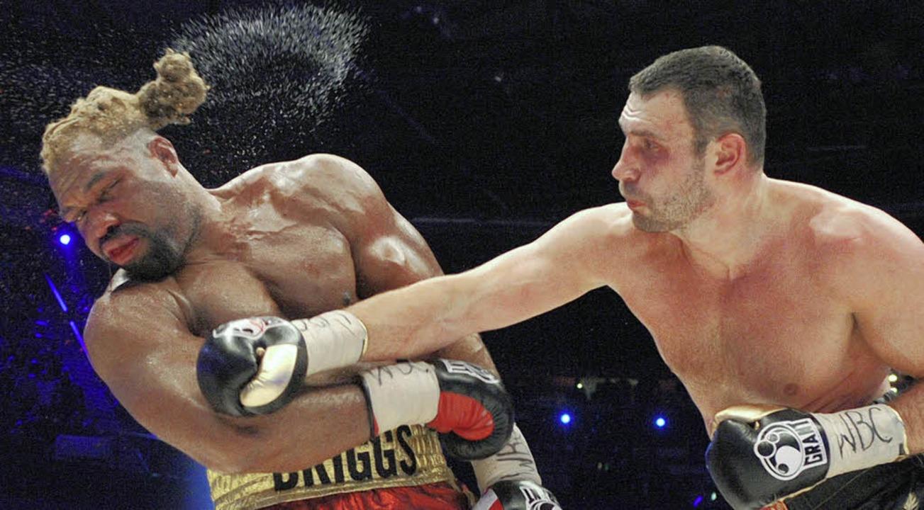 Mit enormen Nehmerqualitäten direkt in...links) im Kampf gegen Witali Klitschko    Foto: dpa