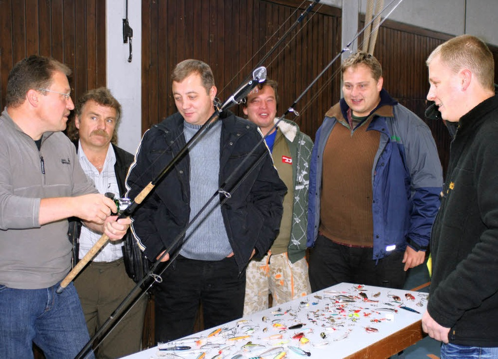 Mitglieder der Anglerkameradschaft Sch...hen Anwendung der Angeltechniken ein.   | Foto: Roswitha Klaiber