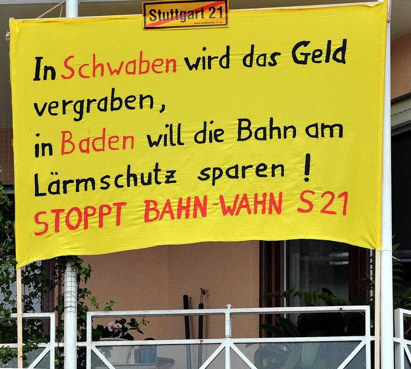 Die Stimmung ist nicht günstig für die Bahn, wie das Plakat in Offenburg zeigt.    Foto: DPA