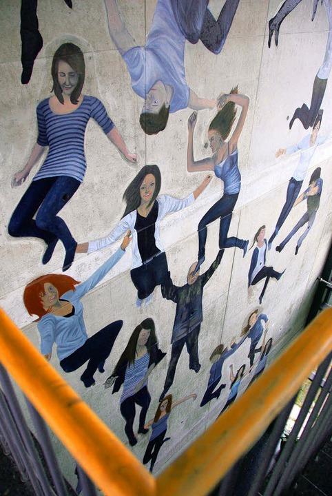 Lebensgroße Schülerportraits zieren de...der renommierte Künstler Peter Dreher.  | Foto: susanne müller