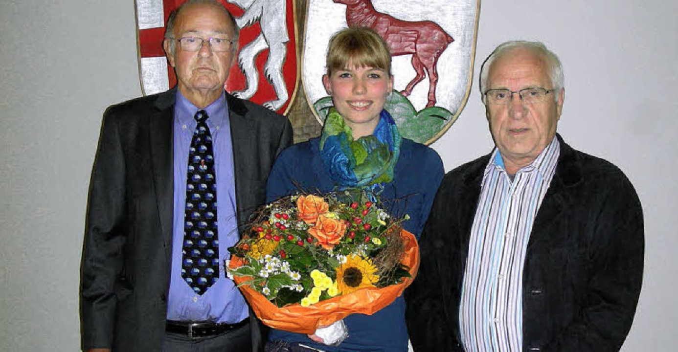 Mit Blumen dankte Ortsvorsteher Hans-R...ckt für sie Horst-Dieter Dierks nach.   | Foto: mario schöneberg