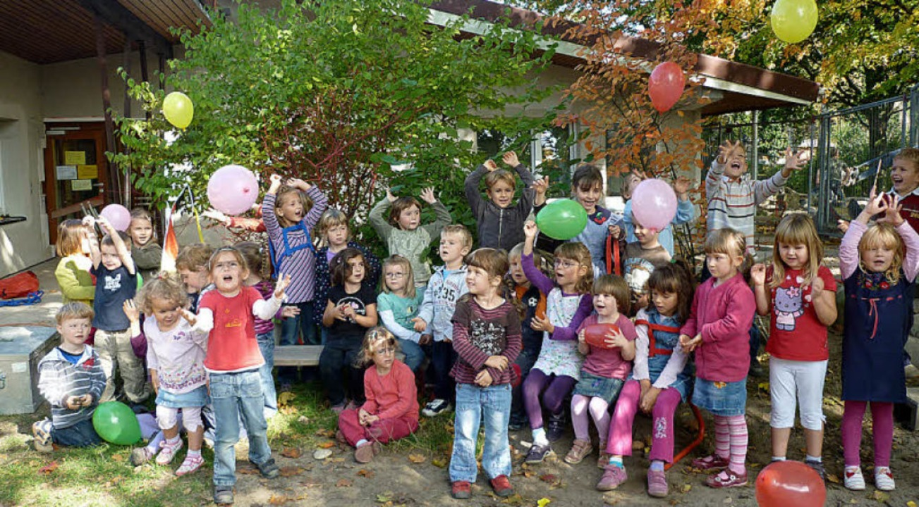 Kinder und Mitarbeiterinnen des Kinder...rungsarbeiten nun abgeschlossen sind.     Foto: privat