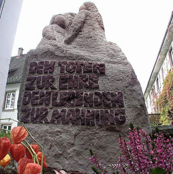 Unverrückbare Erinnerung an das Schick... ist der 2007 errichtete Gedenkstein.   | Foto:  André Hönig