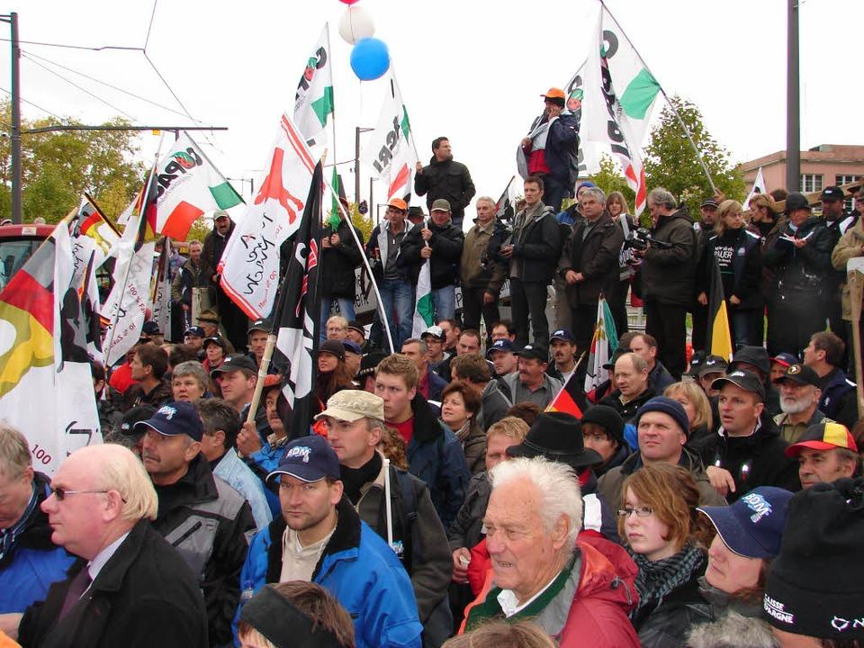 Schätzungsweise 1500 Landwirte aus gan...rgrund) nahmen an der Kundgebung teil.  | Foto: Christa Maier