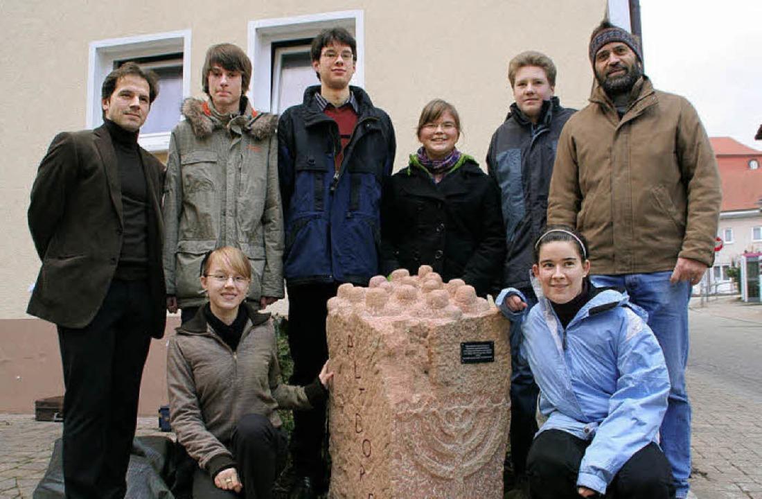 Die Schüler des Mahnmalprojekts mit Le...ks) Jasmin Nopper und  Julia Wegmann.   | Foto: Archiv: Erika Sieberts