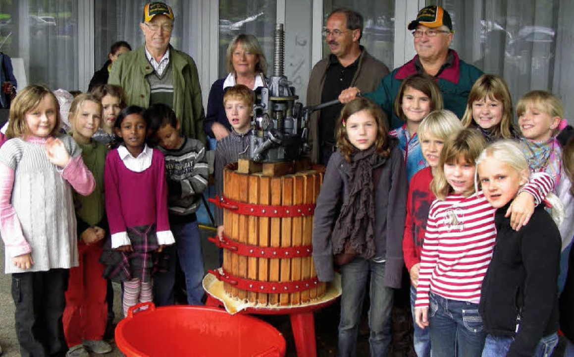 Frischen Süßmost aus der Apfelpresse s...nd Geschichtsvereins  Otmar Beck her.   | Foto: mario schöneberg