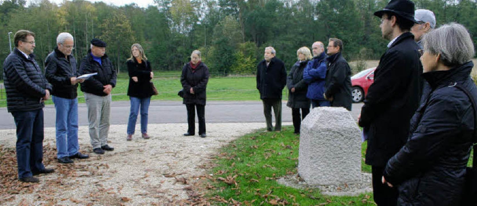 Rund zwei Dutzend Menschen nahmen an d...beim jüdischen Friedhof Kirchen teil.   | Foto: cremer
