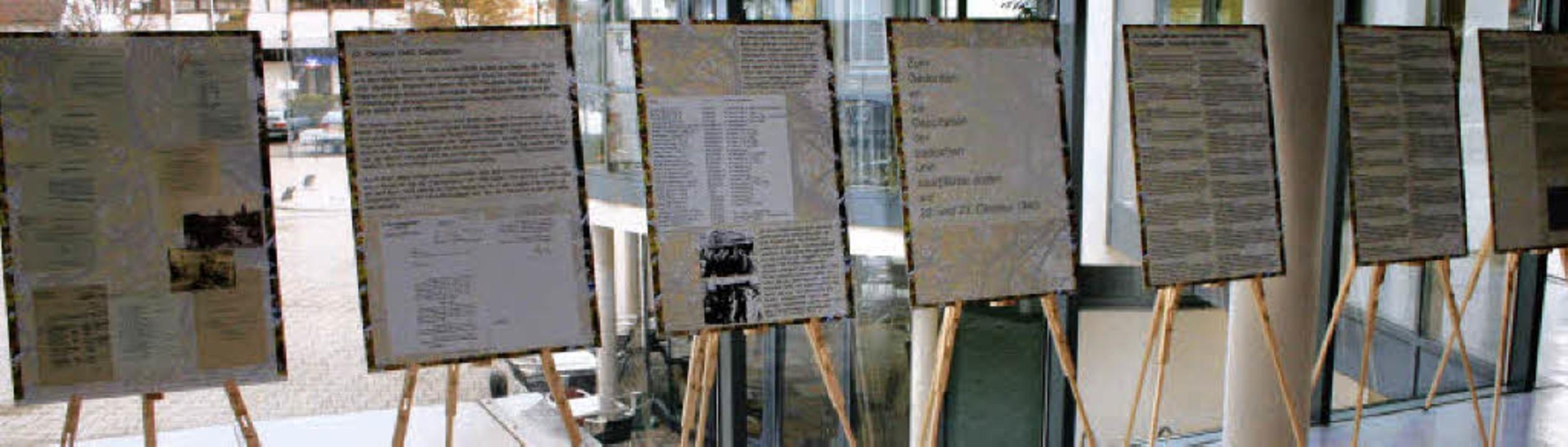 Im Rathaus-Foyer dokumentiert eine Aus...ner Juden während der Nazi-Herrschaft.  | Foto: Reinhard Cremer