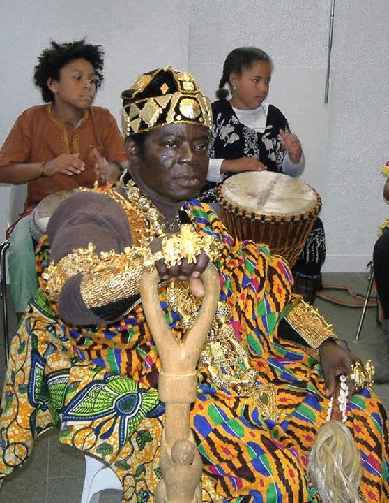 König Céphas Bansah erzählte in der Re...jekte und das heutige Leben in Ghana.   | Foto: Roswitha Frey