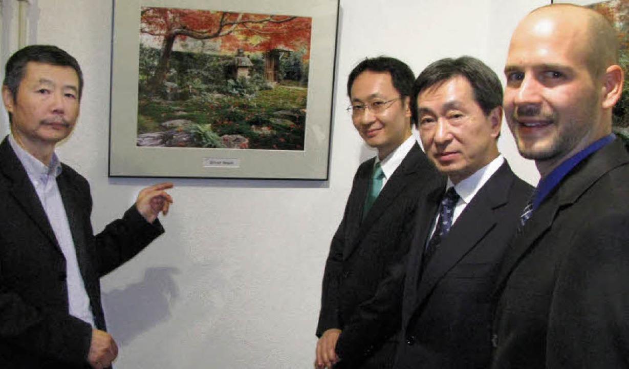 Professor Kazuhisa Kawamura (links) er..., Junichi Kosuge und Kenji Matsumoto.     Foto: michael gottstein