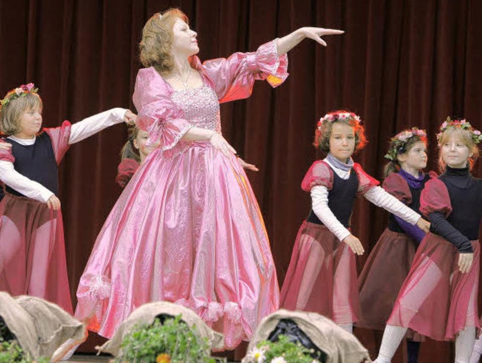 Märchenhaftes beim Auftritt der Eleven... Chrysanthemenbühne auf dem Marktplatz  | Foto: christoph breithaupt