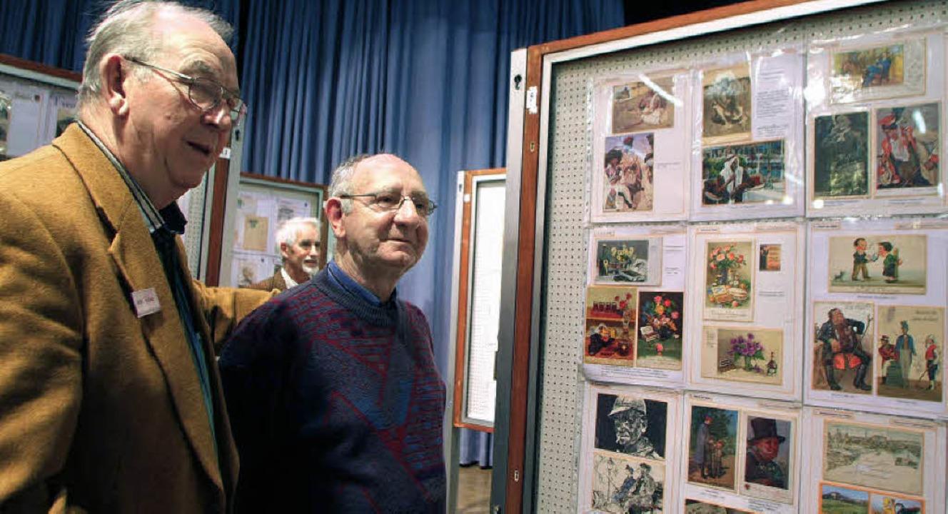Ausstellung der Briefmarkenfreunde, links Ehrenvorsitzender Klaus Riedel   | Foto: Heidi Fössel