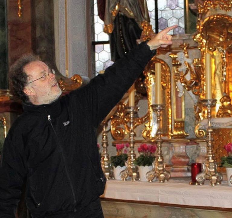 Pfarrer Roland Rettenmaier zeigte und erläuterte bei der Führung viele Details.   | Foto: A. Mutz