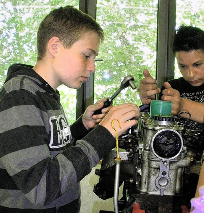 Marc Pfütze beim Demontieren eines Motors.     Foto: schule