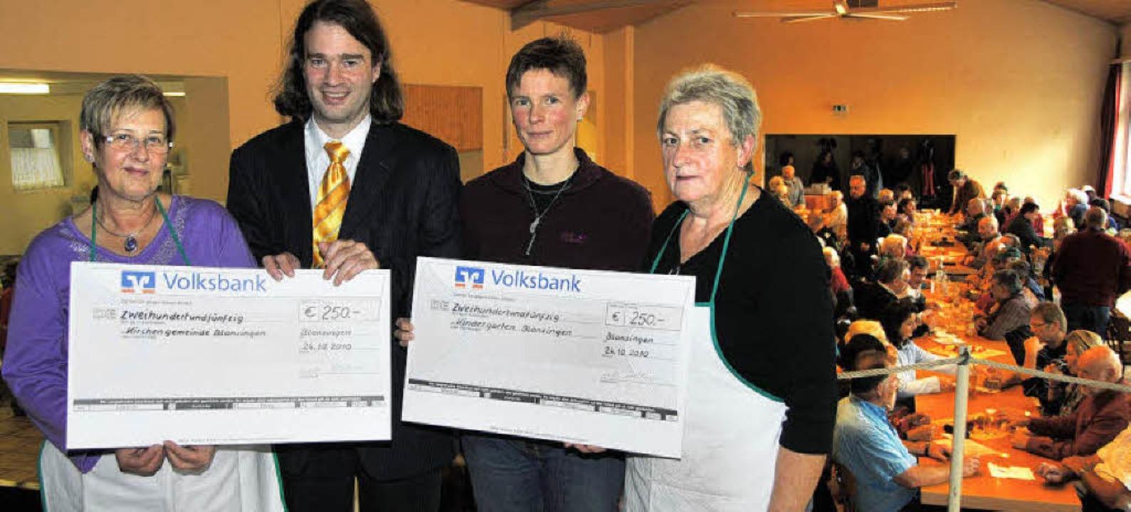 Gerhilde Holderied (links) und Helga H... Scheck aus dem Erlös des Fests 2009.     Foto: Sedlak