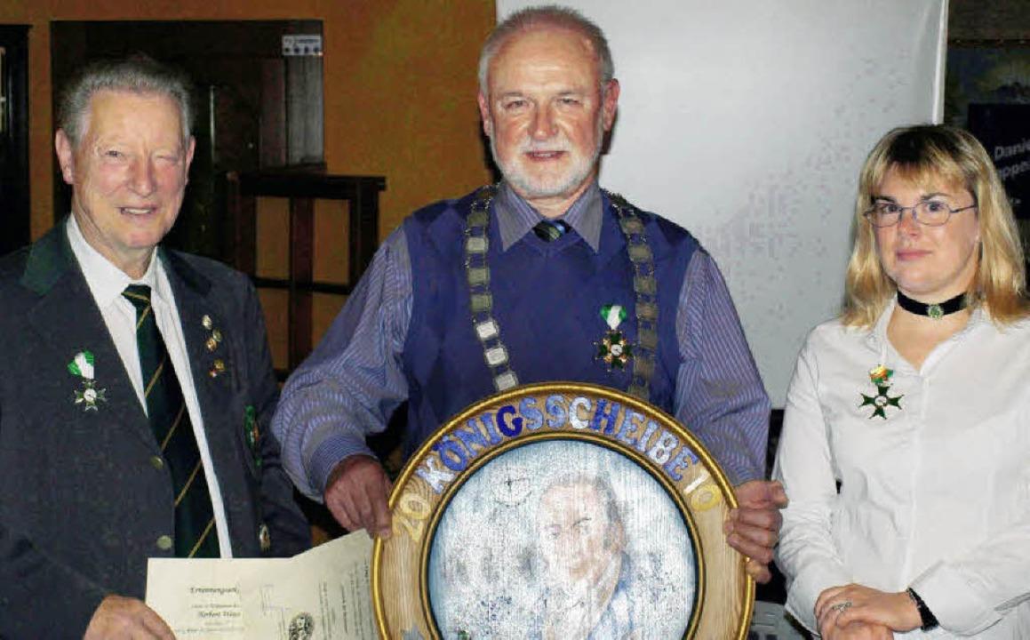 Der neue Adel: (von links)Herbert Weiß...ützenkönig), Maria Dantona (1. Ritter)    Foto:  Paul Schleer