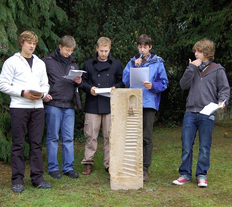 Hauptschüler aus Badenweiler bei der E...en haben, auf dem örtlichen Friedhof.   | Foto: Sigrid Umiger