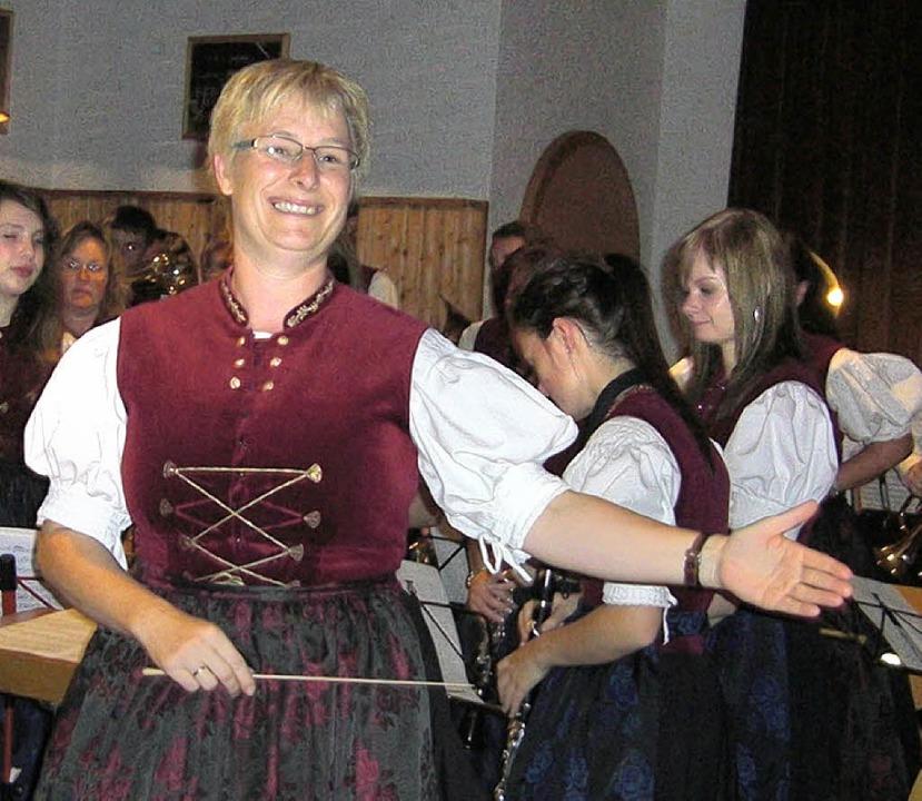 Elke Stich sieht aus, als wäre sie zufrieden mit ihrem Orchester.  | Foto: Albert Liertz