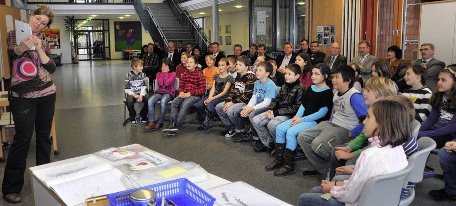Mit großem Interesse verfolgen die Mit...sse 4 b der Rheinschule in Neuenburg.     Foto: Volker Münch