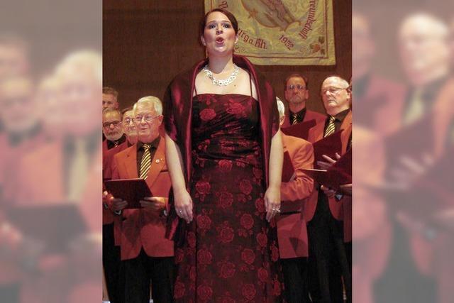 Viele Sänger und eine Solistin in Hochform
