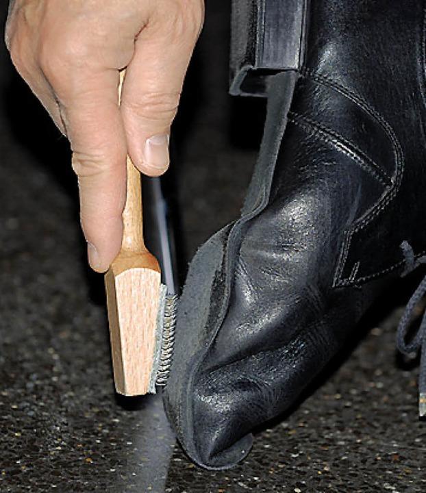 Antischlupfkontrolle: Aufrauen der Schuhsohle.   | Foto: ges