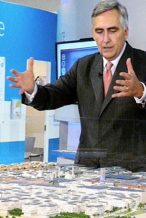 Siemens-Chef Löscher mit  einem Modell von Masdar City   | Foto: dpa